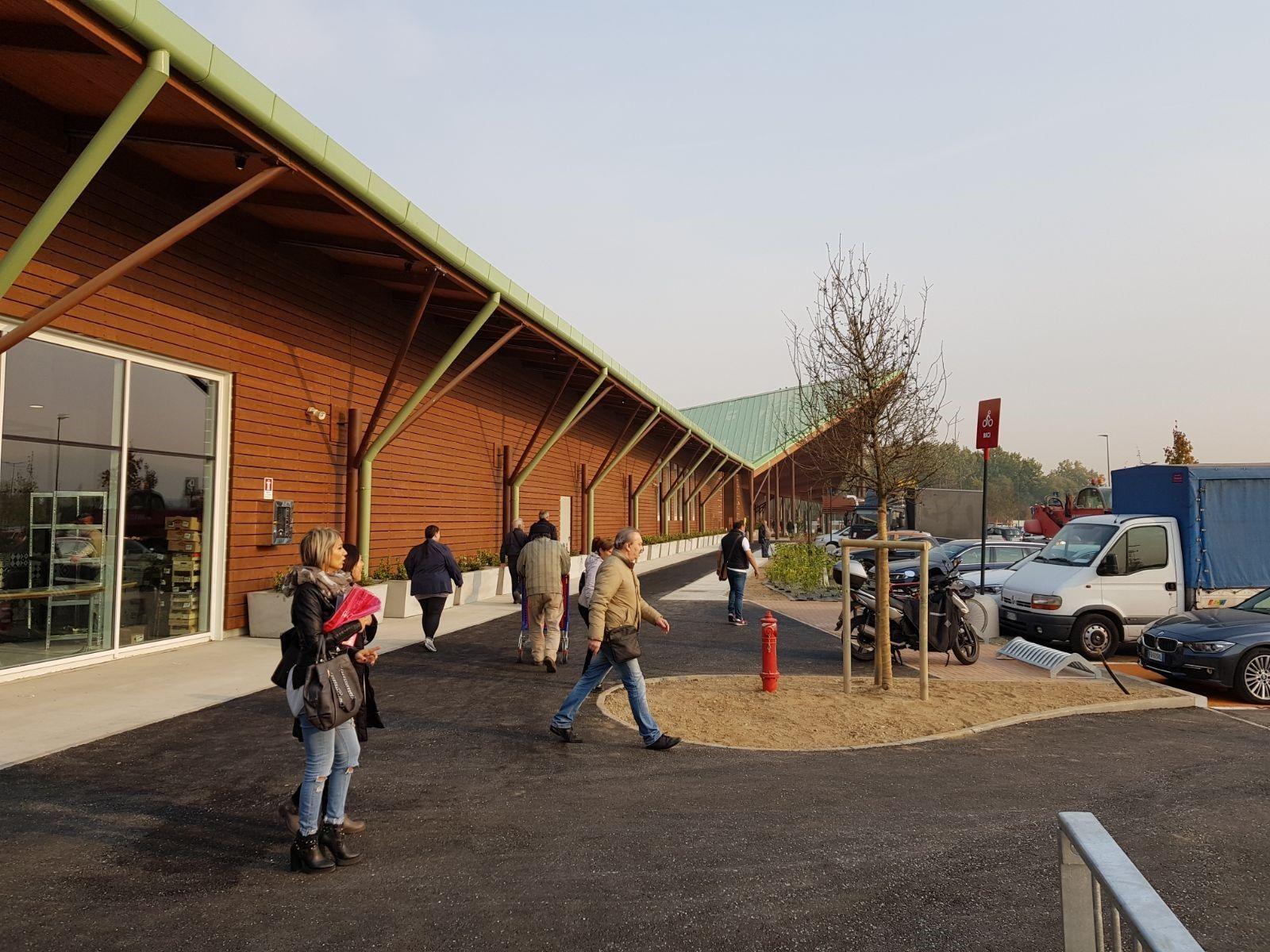 Veduta esterna del supermercato realizzato in legno