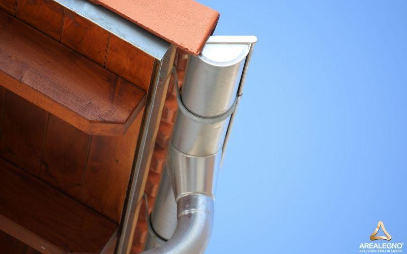 Controllare le gronde è fondamentale per qualsiasi tipologia di casa. Questo infatti eviterà danni al tetto o infiltrazioni di acqua
